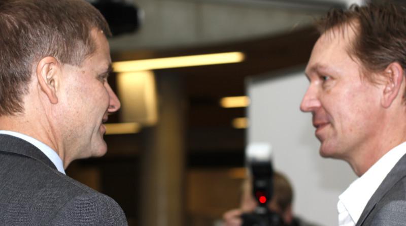 Fornøyde. Miljøvernminister Erik Solheim (SV) og ordfører i Enebakk (FrP) er fornøyde med resultatene til Miljøjournalistene og håper prosjektet vil bli en del av pensum etterhvert. Både de og ungdomen som var en del av prosjektet mener at dette er en bedre måte å lære på. Foto: Einar Løken