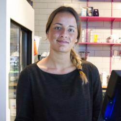 Sabrine Mottater (20) er servitør på Capish? Her står hun bak disken i restauranten.
