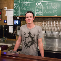 Daglig leder, Brendon Arneill (26), står bak baren på Crowbar.