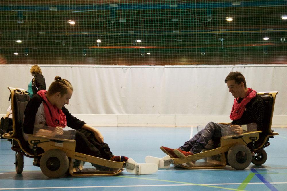 """Thomas Myhre (18) og Stian Hoff Berg (21) i """"action"""" på banen. Lagkameratene sentrer ballen mellom hverandre."""