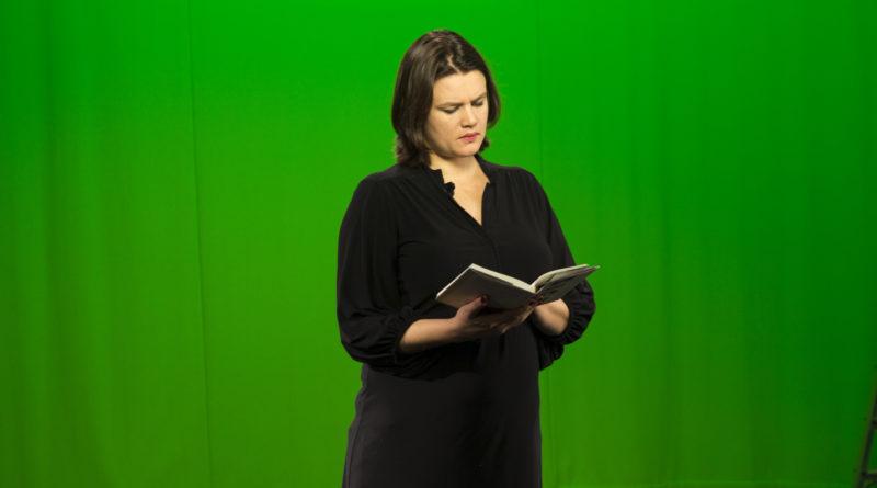 Ruth Lillegraven leser opp utdrag fra boken hennes.
