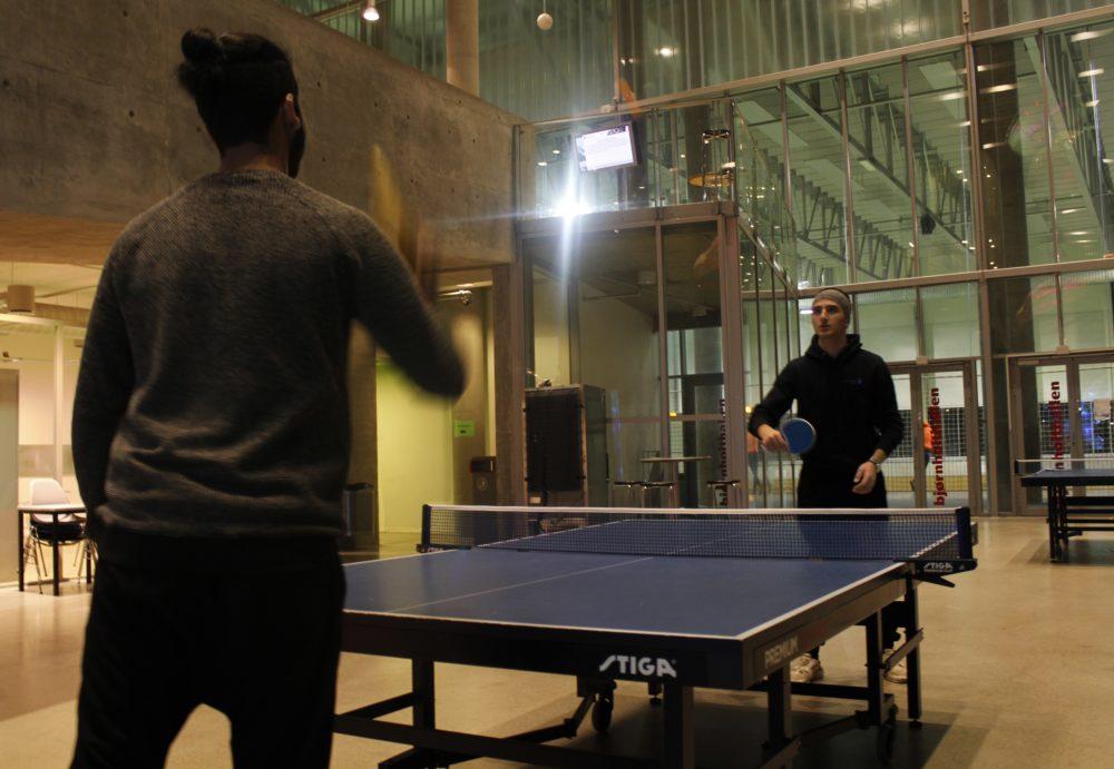 Hassan og Saber spiller ping pong sammen. Foto: Selin Ekmekci
